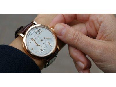 <Как правильно заводить механические наручные часы?
