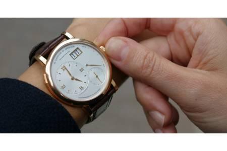 Как правильно заводить механические наручные часы?